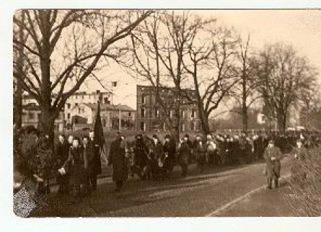 Kondukt pogrzebowy, okolice dzisiejszego PUP, w tle ul. Bohaterów Warszawy