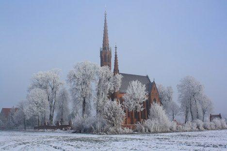 Smogorzów - widok na kościół zimą