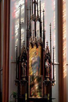 Ołtarz boczny w kościele w Smogorzowie
